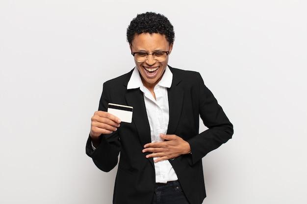 젊은 흑인 아프리카 여자, 재미, 행복하고 쾌활한 느낌, 약간의 재미있는 농담에 크게 웃고