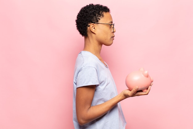 프로필보기에 젊은 흑인 아프리카 여성, 앞서 공간을 복사하려고 생각, 상상 또는 공상