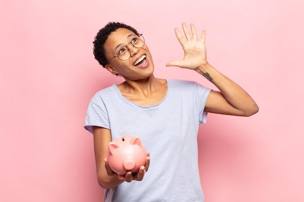 젊은 흑인 아프리카 여자 웃 고 친절 하 게 찾고, 앞으로 손으로 5 또는 5를 보여주는 카운트 다운