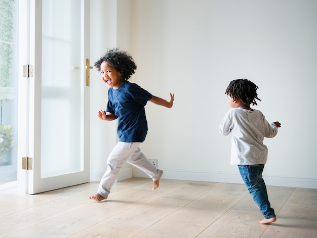 Giovani ragazzi neri che giocano nella loro nuova casa