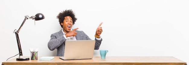 Молодой черный бизнесмен чувствует себя радостным и удивленным