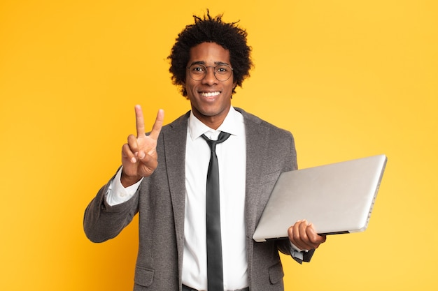노트북으로 젊은 흑인 사업가