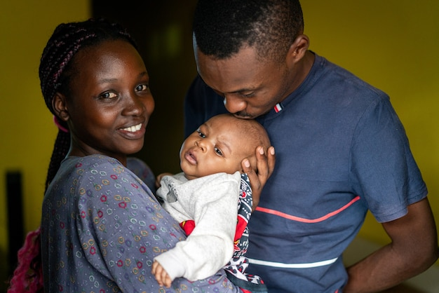 젊은 흑인 가족 행복 한 엄마와 아빠가 아기를 안고