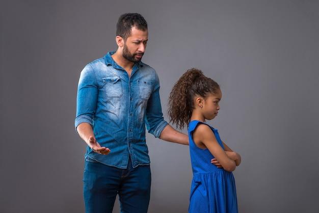 Молодой черный отец с дочерью-подростком