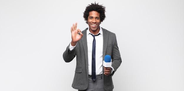 Tv 발표자로 젊은 흑인 남자