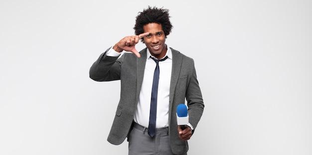 テレビの司会者としての若い黒人男性