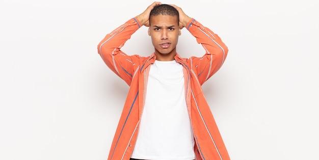 若い黒人男性は、欲求不満とイライラ、失敗にうんざりしていて、退屈で退屈な仕事にうんざりしていると感じています