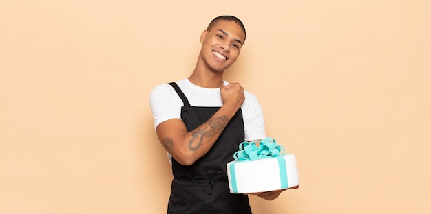 若い黒人男性は、挑戦に直面したり、良い結果を祝ったりするときに、幸せで、前向きで、成功し、やる気を感じます