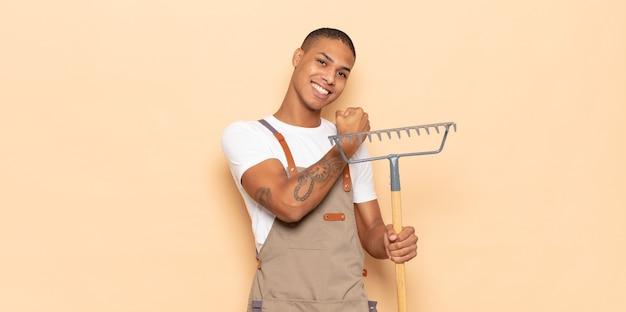 젊은 흑인 남성이 도전에 직면하거나 좋은 결과를 축하 할 때 행복하고 긍정적이며 성공하며 동기 부여