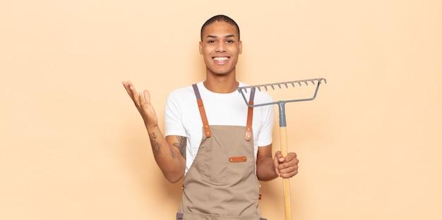 幸せを感じている若い黒人男性