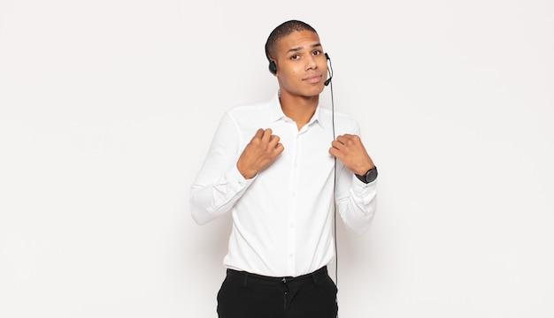 거만하고, 성공하고, 긍정적이고, 자랑스럽고, 자기를 가리키는 젊은 흑인 남자