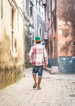 街の通りの高品質の写真の若い黒人男性