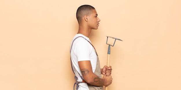 프로필보기에 젊은 흑인 남자, 생각, 상상 또는 공상 공간을 복사하기 위해 찾고