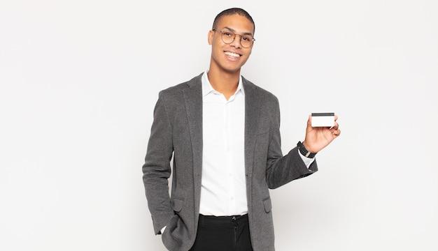 엉덩이와 자신감, 긍정적이고 자랑스럽고 친절한 태도에 손으로 행복하게 웃는 젊은 흑인 남자