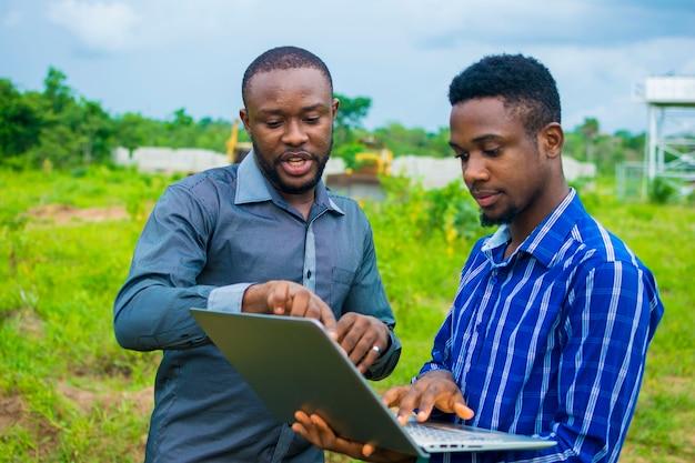 농지에서 실행될 몇 가지 사업 계획에 대해 논의하는 젊은 흑인 남성