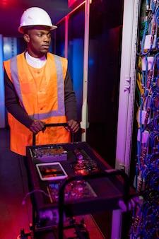 데이터 센터의 젊은 흑인 서버 수리 전문가