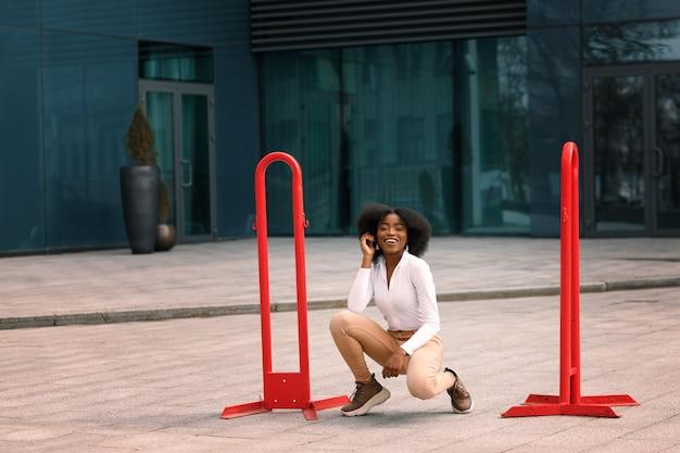 街の赤い看板の近くの若い黒人学生