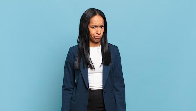 若い黒人女性は、混乱して疑わしいと感じ、疑問に思ったり、選択したり、決定しようとしたりします。ビジネスコンセプト