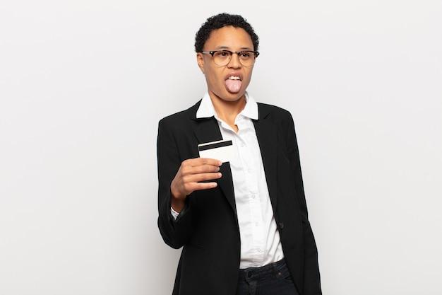 젊은 흑인 여성은 역겹고 짜증이 나고, 혀를 내밀고, 불쾌하고 괴상한 것을 싫어합니다.