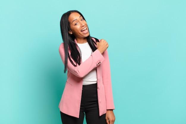 Молодая чернокожая женщина чувствует себя счастливой, позитивной и успешной, мотивированной, когда сталкивается с проблемой или празднует хорошие результаты. бизнес-концепция