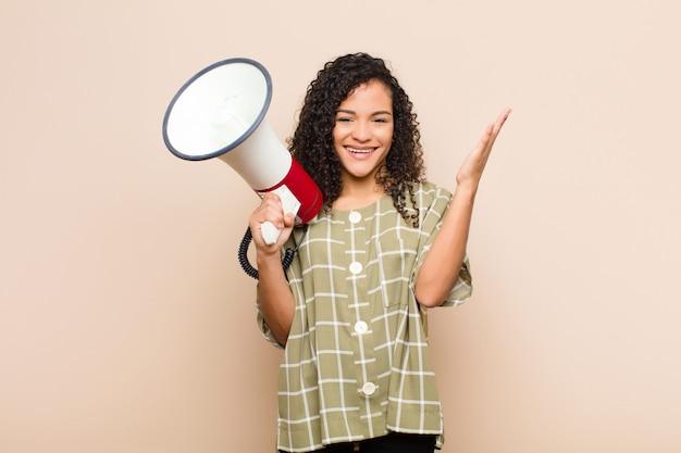 幸せ、驚き、陽気、前向きな姿勢で笑顔、メガホンを持った解決策やアイデアを実現する若い黒人女性