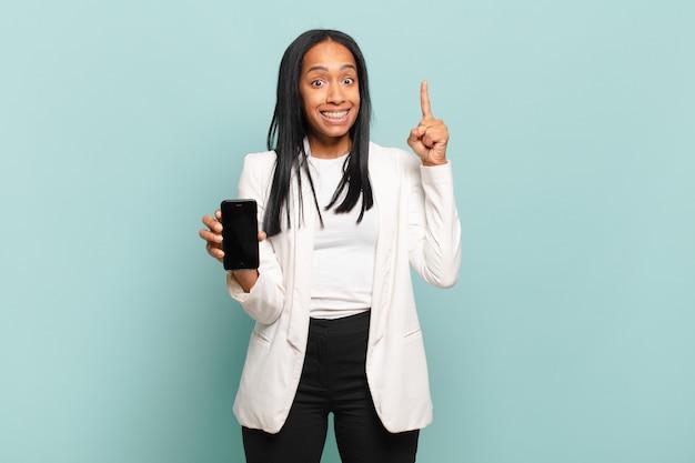 アイデアを実現した後、幸せで興奮した天才のように感じる若い黒人女性
