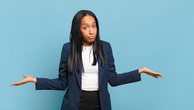 困惑して混乱している若い黒人女性は、正しい答えや決定について確信が持てず、選択をしようとしています。ビジネスコンセプト