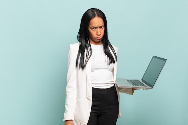 Молодая темнокожая женщина грустит и плаксивает с несчастным взглядом