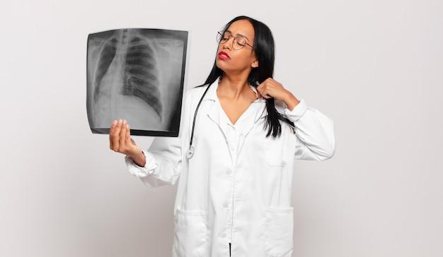 젊은 흑인 여성은 스트레스, 불안, 피곤하고 좌절감을 느끼고 셔츠 목을 당기고 문제로 좌절감을 느낍니다. 의사 개념