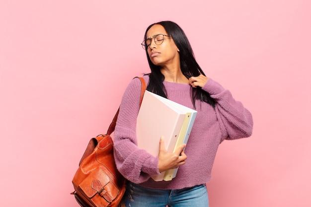 젊은 흑인 여성은 스트레스, 불안, 피곤하고 좌절감을 느끼고 셔츠 목을 당기고 문제로 좌절감을 느낍니다. 학생 개념