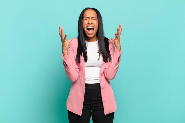 젊은 흑인 여성이 분노하며 스트레스를 받고 짜증을 내며 공중에 손을 들고 왜 저를 말하는지 말합니다. 비즈니스 개념