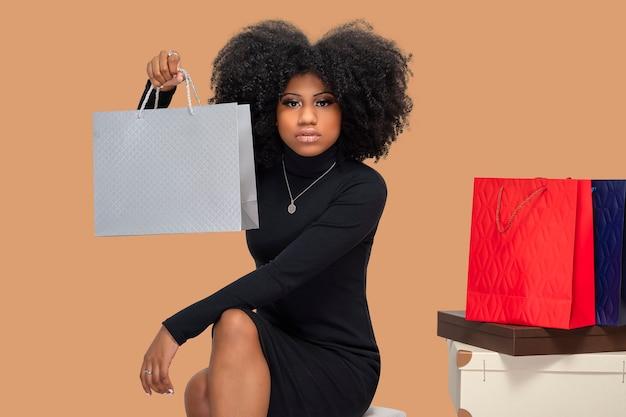 ショッピングバッグを持っている若い黒人女性