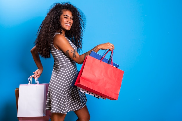 쇼핑백을 들고 젊은 흑인 여성