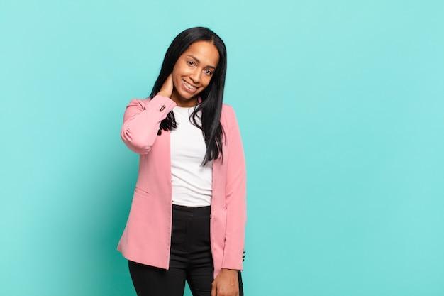 캐주얼, 행복, 친절한 미소로 쾌활하고 자신있게 웃고있는 젊은 흑인 여성.