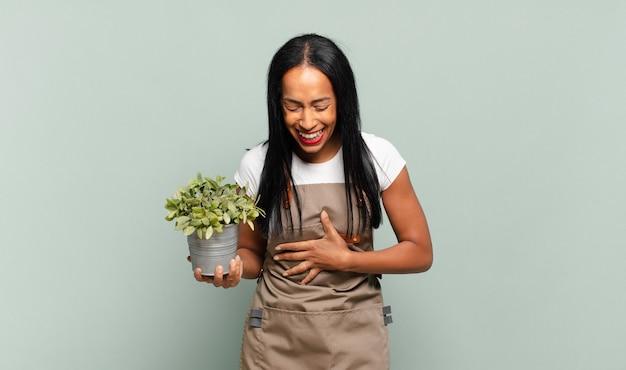 いくつかの陽気な冗談で大声で笑っている若い黒人女性
