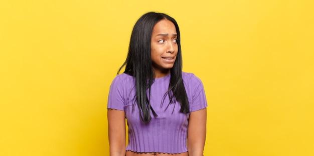 心配、ストレス、不安、恐怖、パニック、歯を食いしばっている若い黒人女性