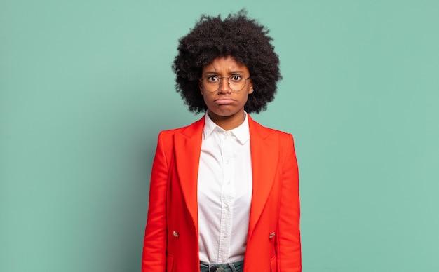 ジェスチャーをする若い黒人女性