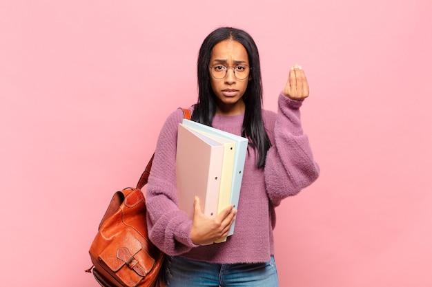 Capice 또는 돈 제스처를 만드는 젊은 흑인 여성