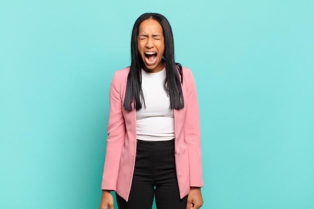 젊은 흑인 여성이 공격적으로 소리를 지르며 매우 화나고, 좌절하고, 화를 내거나 짜증이 나서 안 된다고 소리쳤습니다. 비즈니스 개념