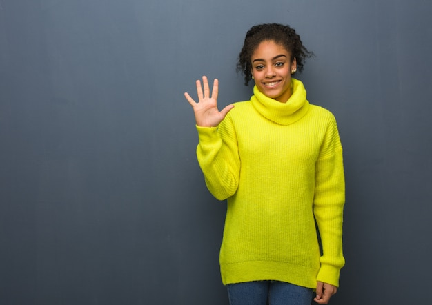番号5を示す若い黒人女性