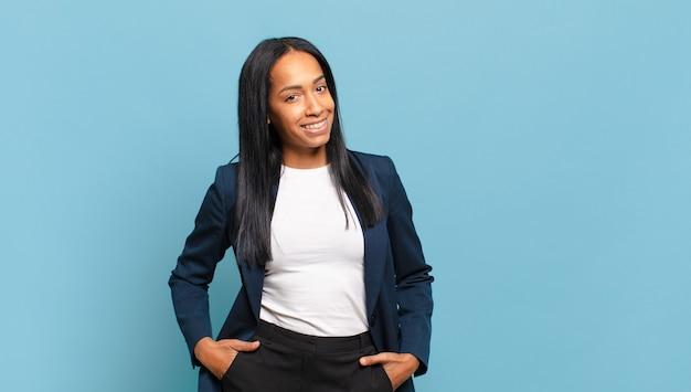 쾌활하고 부담없이 긍정적으로 웃는 젊은 흑인 여성