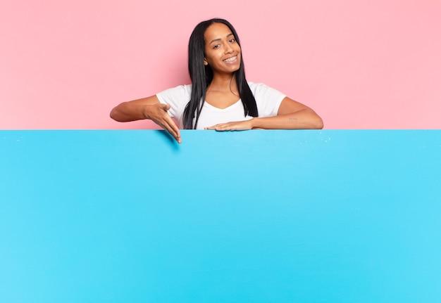 元気に笑って、幸せを感じて、コンセプトを示す若い黒人女性