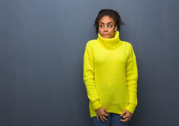アイデアを考えている若い黒人女性