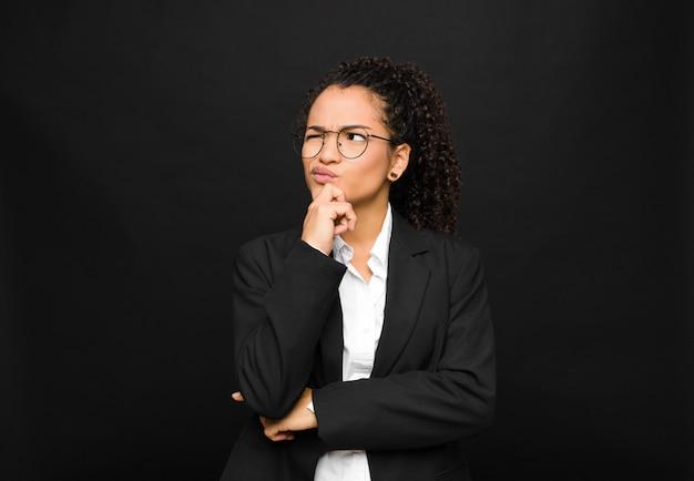 젊은 흑인 여성 생각, 의심과 혼란, 다른 옵션, 검은 벽에 대해 어떤 결정을 궁금