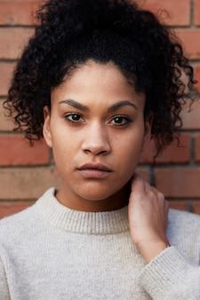 Giovane donna di colore con i capelli afro