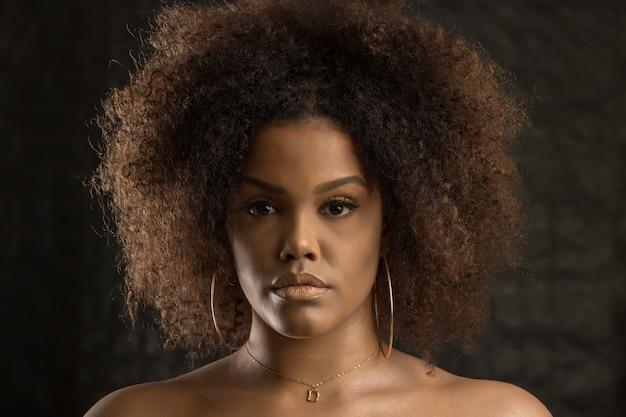 アフロの髪型を持つ若い黒人女性