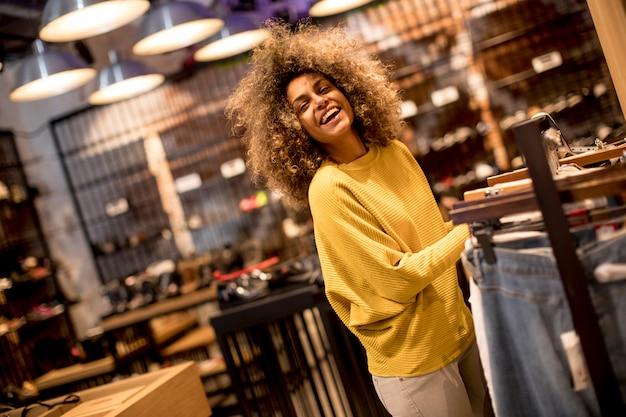 Молодая негритянка с вьющимися волосами в магазине