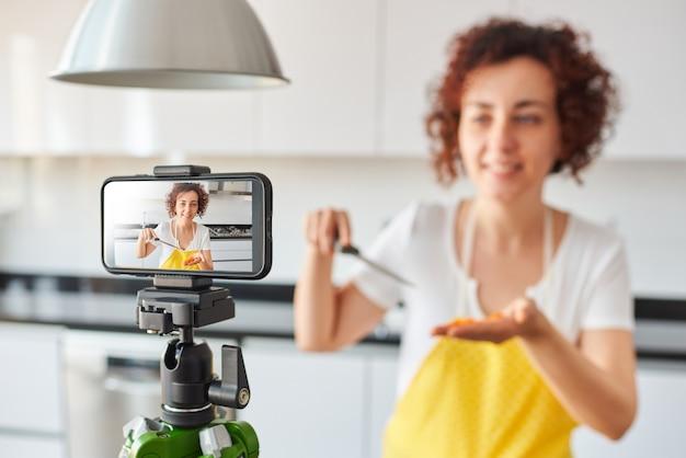 Молодой блогер и онлайн-авторитет, записывающий видеоконтент о здоровой пище