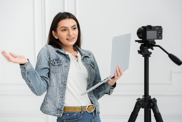 Молодой блоггер держит ноутбук