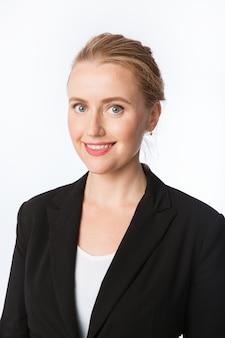 Молодая, блондинка, кавказская, красивая деловая женщина с большой улыбкой на белом